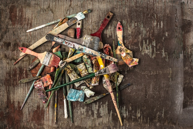 Pinceaux et tubes de peintures à l'huile sur table en bois