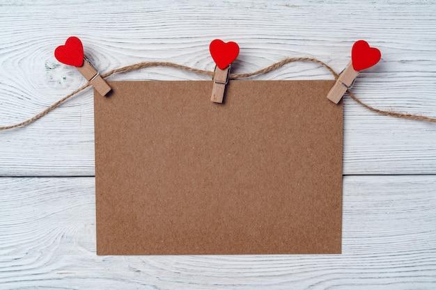 Pinces à linge coeur sur corde. arrière-plan créatif avec espace copie, vue de dessus