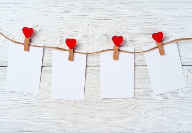 Pinces à linge coeur sur vue de dessus de corde