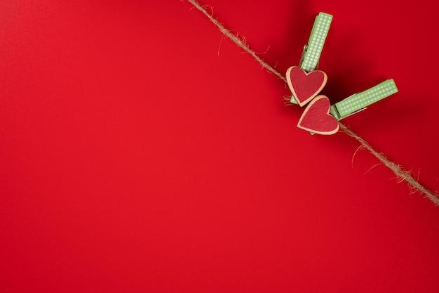 Pinces à linge avec des coeurs sur une corde