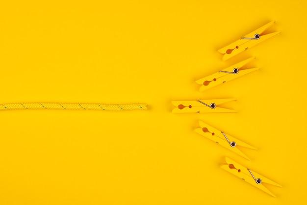Pinces à linge et corde jaunes. tentez votre chance. fond jaune. concept de pause chanceux.