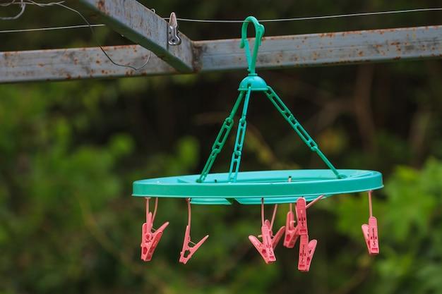 Pinces à linge sur une corde à linge