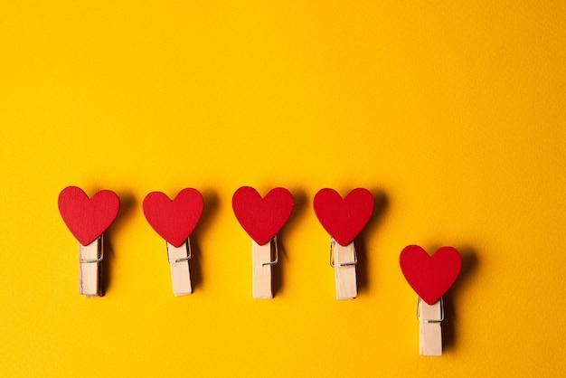 Pinces à linge en forme de coeur outils de décoration de papeterie fond jaune