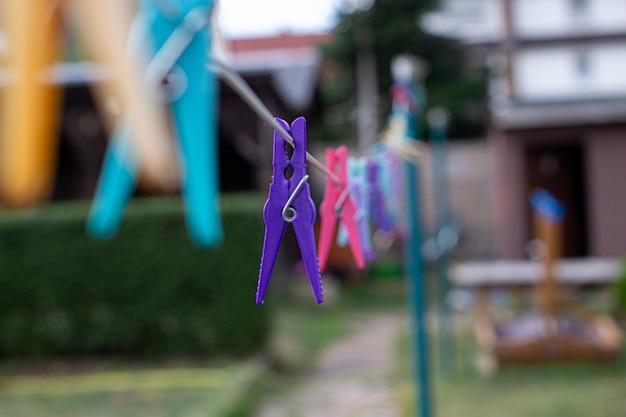 Pinces à linge en plastique colorées sur les cintres, pinces à linge sur la corde des cintres pour laver les vêtements.