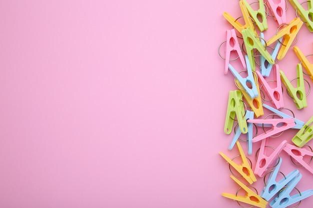 Pinces à linge en plastique sur fond rose
