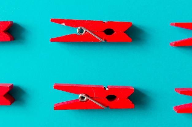 Pinces à linge rouges sur surface cyan