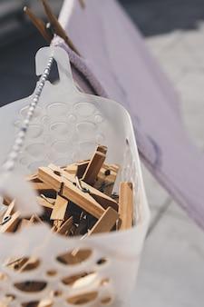 Pinces à linge suspendues dans un panier.