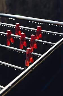 Pinces à linge suspendus à une corde à linge métallique humide