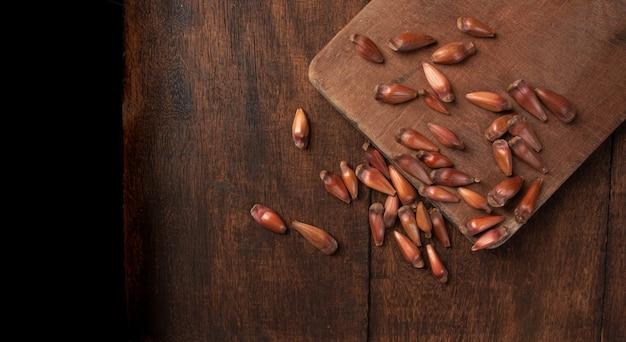 Pinhao, pignon, pin, araucaria brésilien, sur bois rustique, vue de dessus.