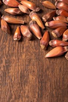 Pinhao, pignon, pin, araucaria brésilien, sur bois rustique