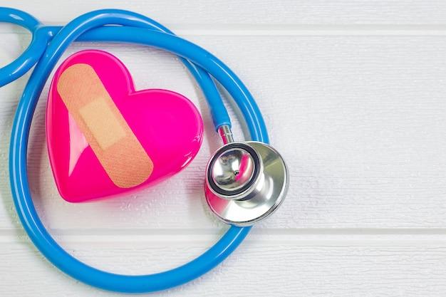Pink heart et stéthoscopes pour contenu médical.