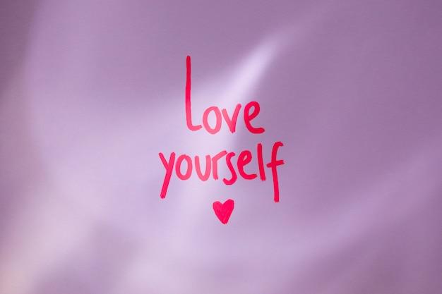 Pink love yourself inscription sur la table
