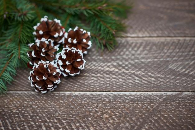 Pins décorés de motifs de neige