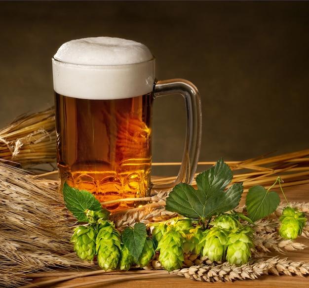 Pinte de bière avec matière première pour la production de bière