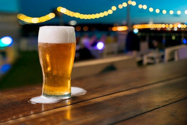 Pinte de bière avec de la mousse renversée