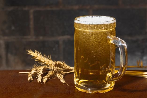Pinte vue de côté avec de la bière à côté de pointes
