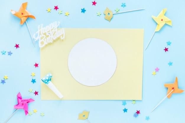 Pinwheels et confettis autour de la carte de voeux