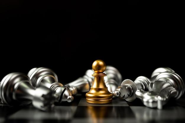 Le pion d'échecs d'or est le dernier à se tenir debout sur l'échiquier
