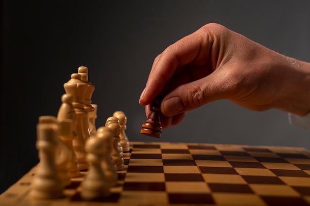 Un pion noir contre plusieurs autres. différent contre le concept de monopole.