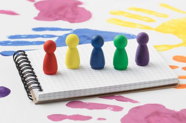 Pions colorés sur le bloc-notes blanc