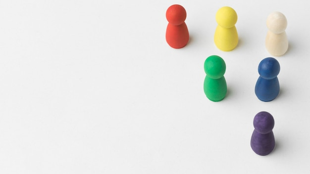 Pions colorés sur fond blanc avec espace copie