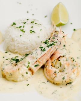Pions en sauce crémeuse avec riz aux herbes et citron.