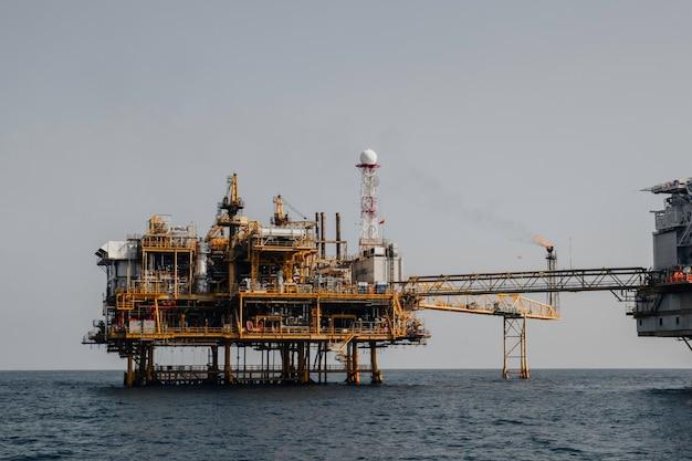 Pipeline de pétrole de production de pétrole et de gaz de l'industrie à distance de plate-forme de mer offshore.