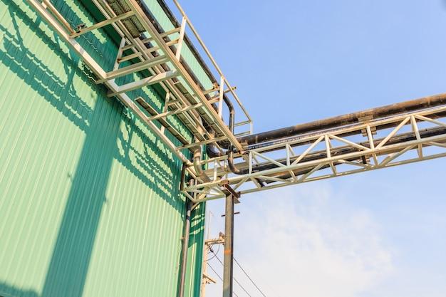 Pipeline de vapeur sur fond de ciel bleu, support de tuyaux.