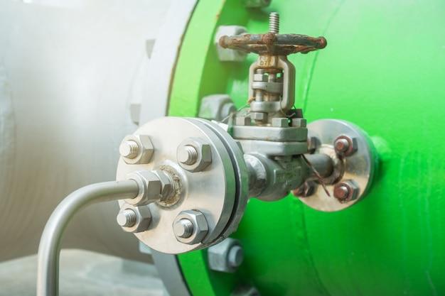 Pipelines en acier et soupape dans une zone industrielle