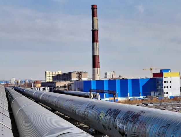 Pipelines extérieurs près de la chaleur et de l'électricité combinées.