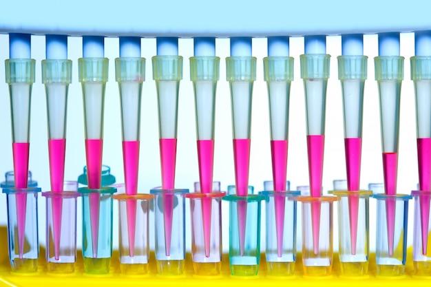 Pipette multicanaux de laboratoire scientifique chimique