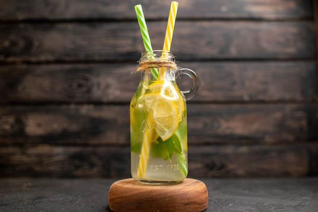 Pipettes jaunes et vertes de limonade vue de face sur planche de bois sur une surface en bois