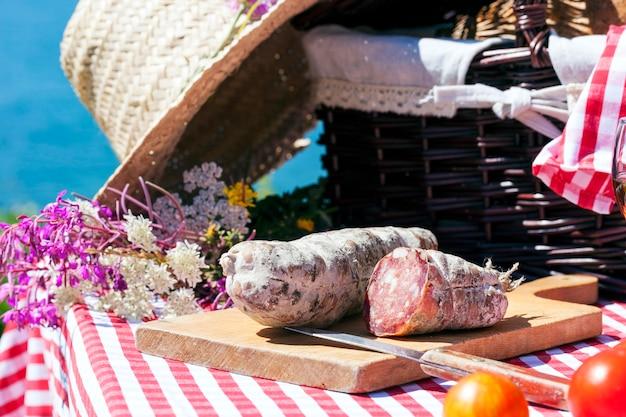 Pique-nique dans les alpes françaises avec du salami