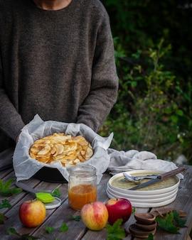 Pique-nique dans le parc avec une tarte aux pommes faite maison