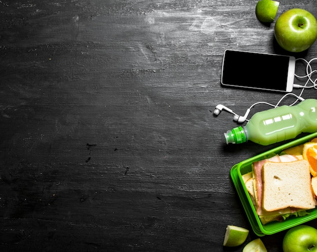 Pique-nique du matin. sandwiches un milk-shake et des fruits.