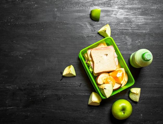 Pique-nique du matin. sandwiches un milkshake et des fruits.
