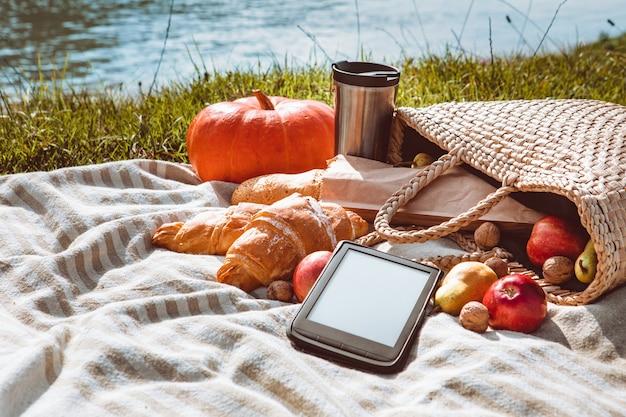 Pique-nique à l'espace de copie de jour ensoleillé d'automne de plage de rivière