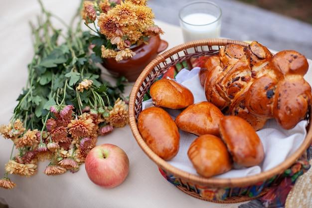 Pique-nique d'été en plein air sur une vieille table rustique