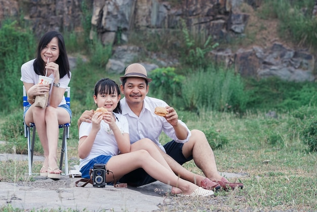 Pique-nique familial en pleine nature avec la falaise en arrière-plan