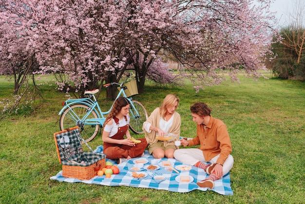 Pique-nique en famille célébrant la fête des mères avec leur fils et leur fille