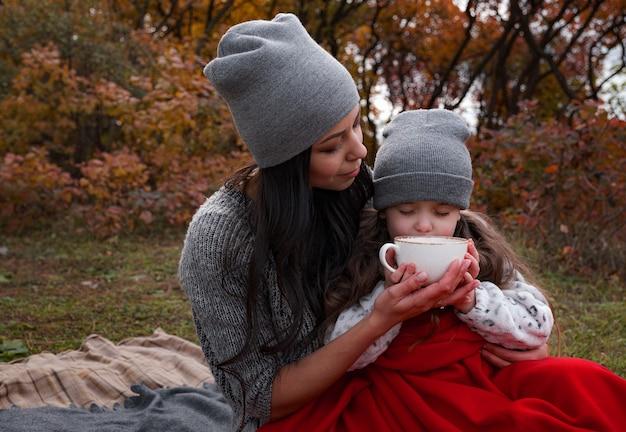 Pique-nique en famille à une heure d'or d'automne
