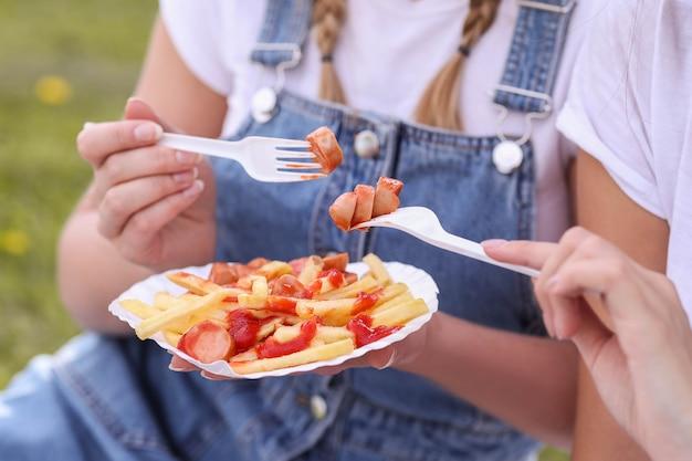 Pique-nique. femme mange de la nourriture en plein air