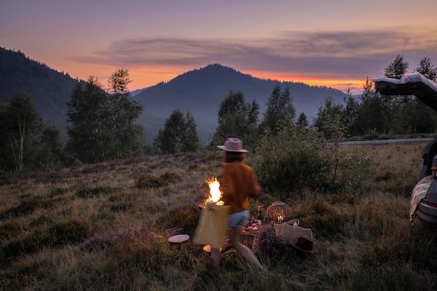 Pique-nique avec feu de joie dans les montagnes au crépuscule