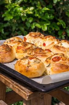 Pique-nique. petits pains salés, fromage, feta, mozarella et tomates. petits pains épicés. rouleaux, légumes.