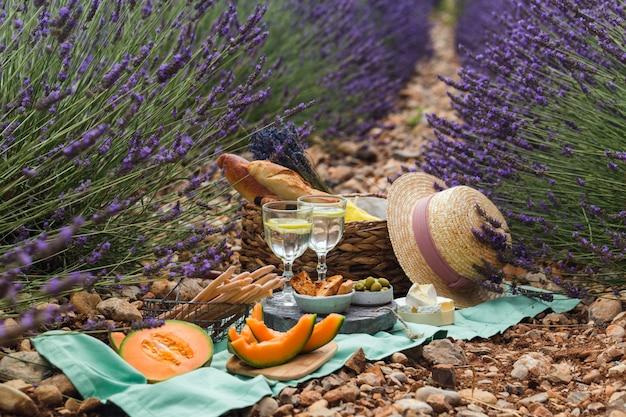 Pique-nique en plein air sur une journée d'été ensoleillée dans un champ de lavande.