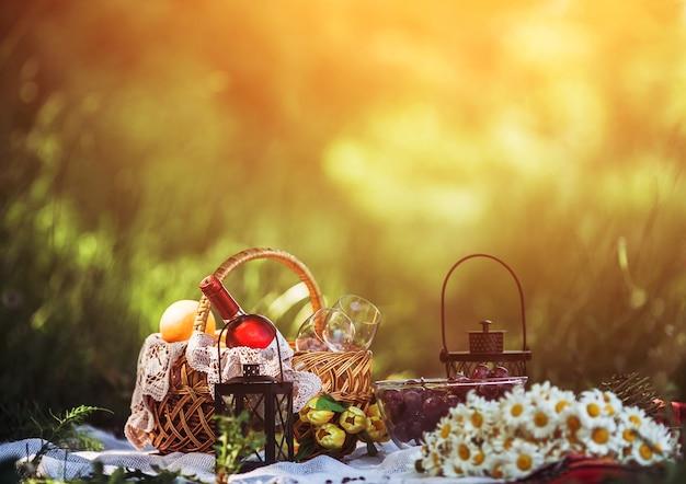 Pique-nique romantique avec des marguerites