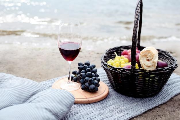 Pique-nique savoureux avec du vin rouge et des raisins noirs