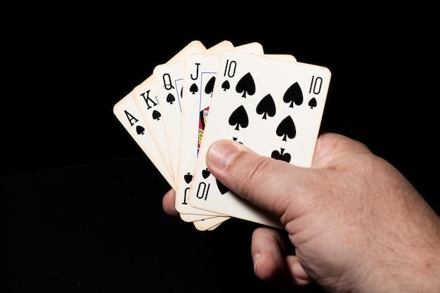 Pique la quinte flush royale dans une partie de poker.