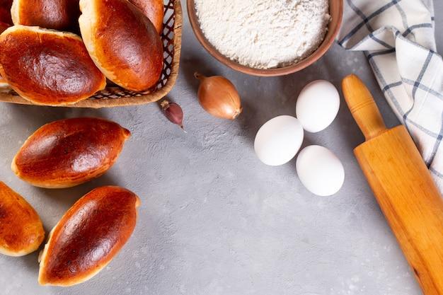 Piroshki russe (galettes) avec garniture de chou ou de pommes de terre, fraîchement cuit. place pour le texte. copiez l'espace.