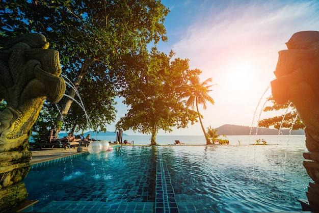 Piscine au complexe tropical exotique. jardin exotique.